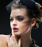 Aristokratiskt profilera av romantisk Retro utformad kvinna i svart skyler och hatten. Tappning Royaltyfri Fotografi