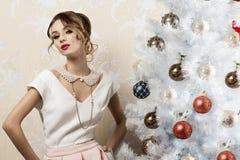 Aristrocratische vrouw dichtbij Kerstmisboom Royalty-vrije Stock Afbeelding