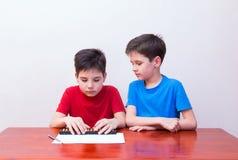 Aritmetica mentale dei ragazzi immagine stock libera da diritti