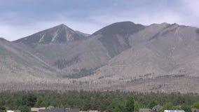 Arizona, cráter de la puesta del sol, enfoque de A adentro en el pico de Humphreys, la montaña más alta de Arizona, 12.633 pies almacen de video