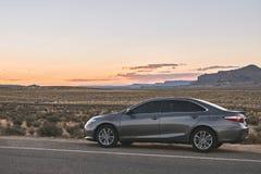 Arizona, dichtbij Phoenix, de V.S. 31 augustus 2017: Moderne wegreis door auto in een woestijnlandschap, weg 66 Stock Foto's