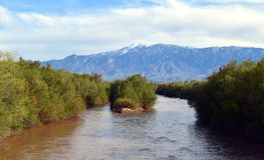 Arizona: Gila River con el Mt graham fotos de archivo