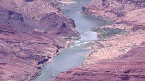 Arizona, Grand Canyon, dichte omhooggaand van A van de Rivier van Colorado met stroomversnelling en bomen stock video