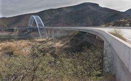 Arizona huvudväg 188 och Roosevelt Bridge Fotografering för Bildbyråer