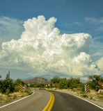 Arizona-Landstraße mit enormen geschwollenen Wolken lizenzfreies stockfoto
