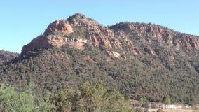 Arizona, Sedona, a-Laut summung herein auf einen Berg und die umgebende Wüstenlandschaft stock video