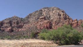 Arizona, Sedona, a-Laut summung herein auf Kapitol Butte mit einem Haus im Vordergrund stock video