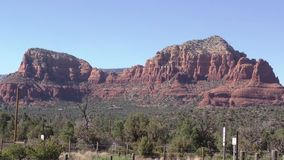 Arizona, Sedona, schöne Felsformation A in Sedona umgab durch Wüstenlandschaft stock video footage