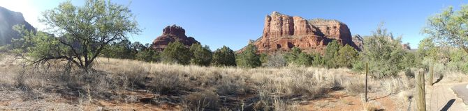 Arizona, Sedona, A widok który zawiera Bell skałę i kasztel skałę z otaczanie pustyni krajobrazem zdjęcie royalty free