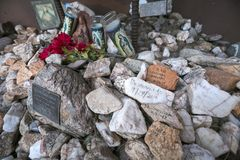Arizona - Tucson - een graf om migranten in de woestijn volkomen te herinneren stock afbeelding