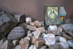 Arizona - Tucson - een graf om migranten in de woestijn volkomen te herinneren stock fotografie