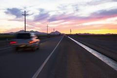 Arizona Tucson, USA, April 5, 2015, solnedgång på den Arizona huvudvägen Royaltyfri Fotografi