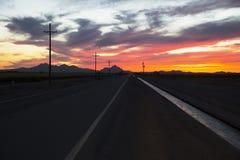Arizona, Tucson, USA, April 5,2015, Sonnenuntergang auf Arizona-Landstraße Lizenzfreie Stockfotografie