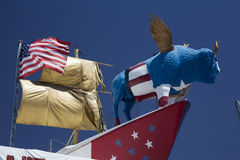 Arizona, Tucson, USA, am 8. April 2015, Straßenrandbüffel und US-Flagge auf Schiff Stockbilder
