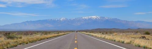 Arizona, US-191: Largo camino al Mt graham imagen de archivo libre de regalías