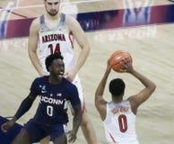 Arizona vakt Parker Jackson-Cartwright Gets Trash Talk från UCo Royaltyfri Foto