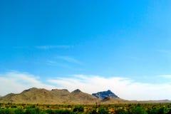 Arizona-Wüsten-Hügel und helle Wolken im Abstand Stockfotografie