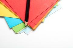 Ark av den ljusa kulöra konstpapper och blyertspennan för att dra Royaltyfri Fotografi
