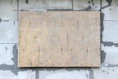 Ark av kryssfaner på bakgrunden av väggen från askan b arkivfoto