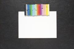 Ark av papper och pastell på tabellen Arkivfoton