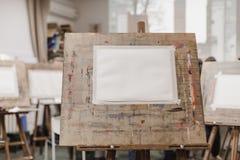 Ark av papper på staffli Arkivfoto