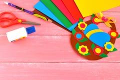 Ark av papper, sax, lim, blyertspennan, påskkorgen och ägg - ställ in för barnkreativitet royaltyfri fotografi