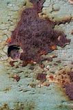 Ark av rostig metall med sprucken och flagig målarfärg, en metallsurfa Fotografering för Bildbyråer