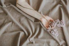 Ark för filial för handflicka lila skrynkligt säng royaltyfria bilder