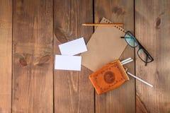 Ark för tomt papper med cigaretter och glasögon Arkivbild