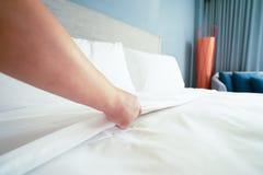 Ark f?r s?ng f?r kvinnlig handaktivering vitt i rumhotell royaltyfria bilder