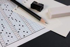 Ark och penna för skolaexamensvar Standard provform eller svarsark Fokus för svarsark på blyertspennan Arkivbilder