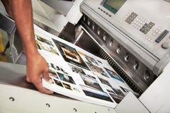 Ark som dras från tryckpress Arkivfoton