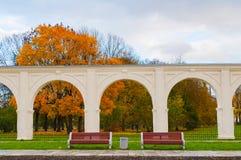 Arkada antyczny Yaroslav podwórze w Veliky Novgorod, Rosja - drewniane ławki blisko arkady zdjęcie royalty free