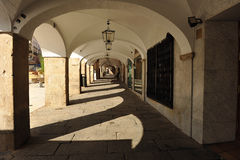 Arkada, placu Caceres Mayor, Extremadura, Hiszpania zdjęcie royalty free