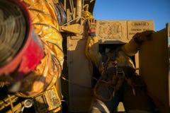 Arkana dojazdowy pracownik budowlany jest ubranym zbawczej nicielnicy wchodzić do pracować w uwięzionej przestrzeni obraz royalty free