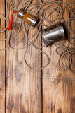 Arkana, pikantność i metali naczynia na, starym drewnianym palącym stole lub bo Obraz Royalty Free