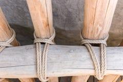 Arkana wiążąca wokoło drewnianego płotowego słupa fotografia stock