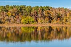Arkansas nedgångreflexion i den Petit Jean delstatsparken royaltyfri fotografi