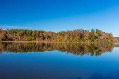 Arkansas nedgånglandskap och sjö i den Petit Jean delstatsparken Arkivfoton