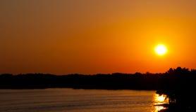 Arkansas Ozark Mountain Sunset slår horisontrainforesten Arkivbilder