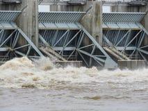 Arkansas rzeka wzrasta, ogrobla, laszowanie wod? z ci??kimi wiosna deszczami obraz stock