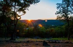 Arkansas solnedgång över Eureka Springs fotografering för bildbyråer