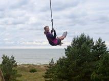 Arkany huśtawka nad morzem, dziewczyny chlanie na huśtawce zdjęcia royalty free