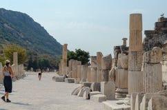 ARKEOLOGISK PLATS FÖR EPHESUS EFES, TURKEY-AUGUST19,2018: Turist Royaltyfria Bilder