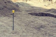 Arkeologiska utgrävningar av en forntida bosättning, en forntida grop med ett kulturellt lager arkivbild
