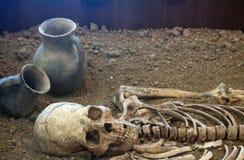 Arkeologiska utgrävningar av en forntida mänsklig skelett- och människaskalle royaltyfria foton