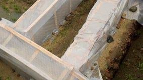 Arkeologiska utgrävningar som täckas med plast- ark, fördärvar skydd, historia stock video