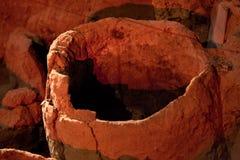 Arkeologiutgrävningplats Verkliga kulturföremål, gammal amfora royaltyfri fotografi