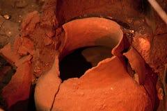 Arkeologiutgrävningplats Verkliga kulturföremål, gammal amfora royaltyfri foto