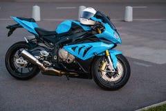 ARKHANGELSK, FEDERACIÓN RUSA - 4 DE SEPTIEMBRE: Sportbike de BMW S 1000 RR en puesta del sol, el 4 de septiembre de 2016 en Arkha fotos de archivo libres de regalías